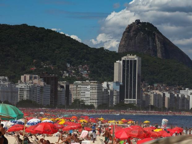 Banhistas na Praia de Copacabana na tarde deste domingo (11) (Foto: Rodrigo Gorosito)