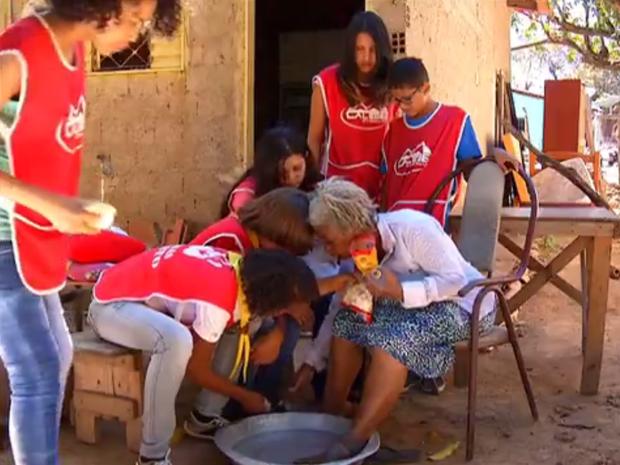 Jovens abriram mão das férias para fazer o bem (Foto: Reprodução/TV Anhanguera)