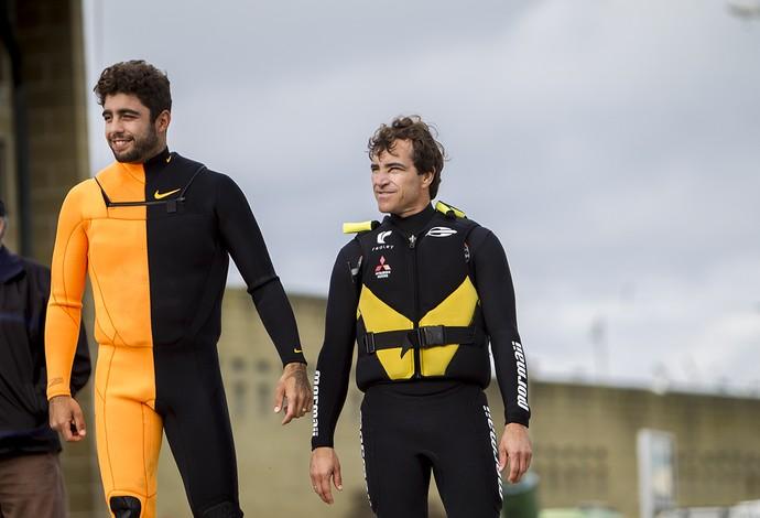 Pedro Scooby e Carlos Burle antes entrarem no temido mar de Nazaré (Foto: Carol Fontes)
