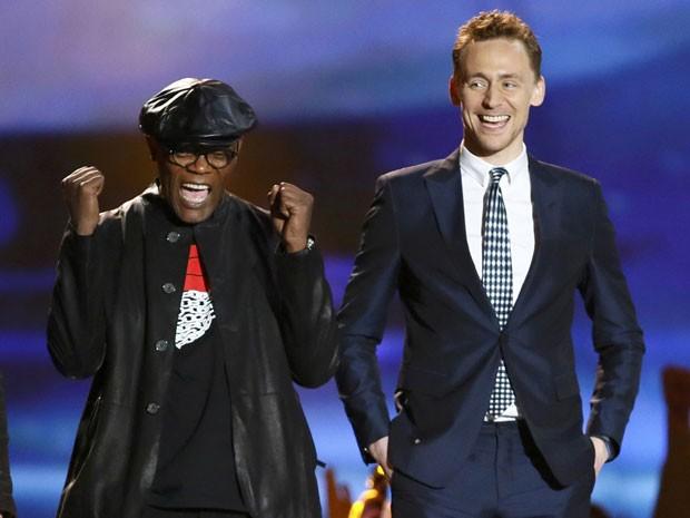 Samuel L. Jackson e Tom Hiddleston vibram pela vitória de 'Os Vingadores' na categoria filme do ano no MTV Movie Awards 2013 (Foto: Danny Moloshok/Reuters)