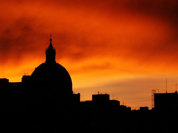 Vista da Catedral de Porto Alegre durante o amanhecer (Foto: Juliana Duzzo/VC no G1)