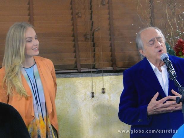 Ao lado de Angélica, Ary Fontoura canta em churrascaria no Rio (Foto: Estrelas/TV Globo)