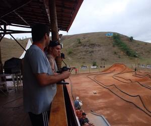 Competidores ficam na cabine, onde controlam os veículos. (Foto: Daiane Silva)