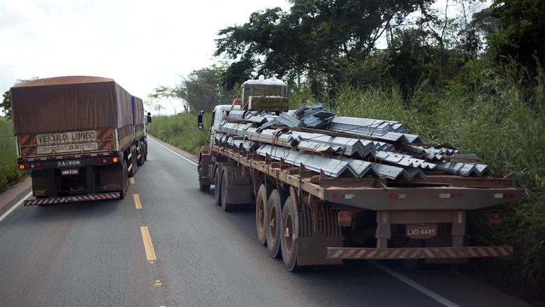 caminhos-da-safra-caminhao-estrada-acostamento (Foto: Emiliano Capozoli/Ed. Globo)