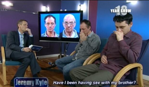 Paul e Lee choram ao saber que resultado de teste de DNA mostrou que os dois são filhos do mesmo pai (Foto: Reprodução / ITV)