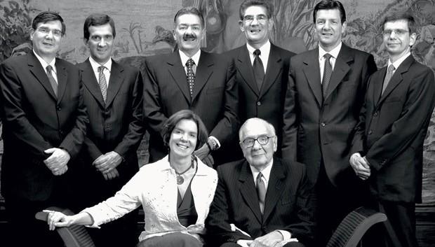 Em família: Olavo Setubal com os filhos, em 2003 (em pé, a partir da esq.): José Luiz, Alfredo, Paulo, Olavo Júnior, Roberto, Ricardo  e Maria Alice (Foto: Divulgação)