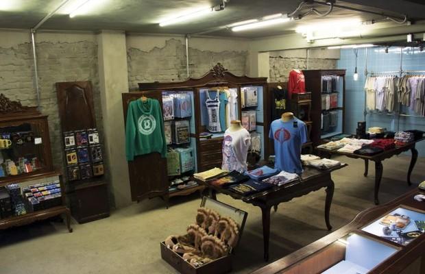 Interior da loja do Studio Geek, que reúne diferentes produtos inspirados em ícones da cultura pop (Foto: Divulgação)