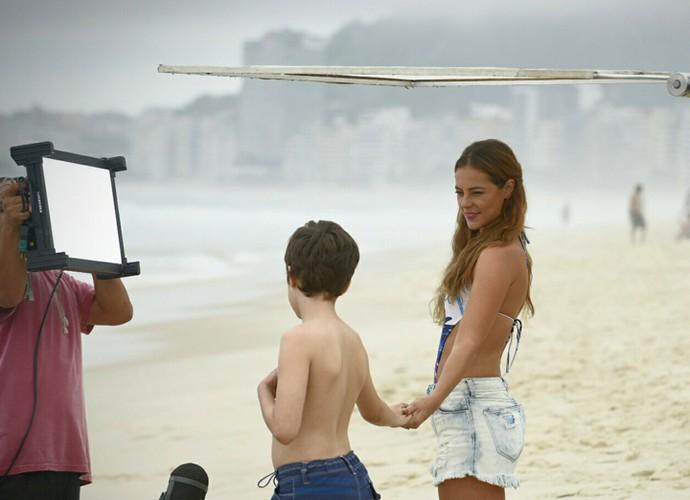 Paolla Oliveira e Kadu Schons se divertem durante as gravações  (Foto: Raphael Dias/Gshow)