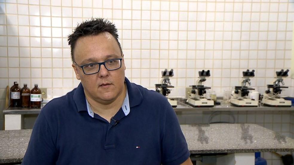 Alexandre Bastos, geólogo que pesquisa lama no Rio Doce (Foto: Reprodução/ TV Gazeta)