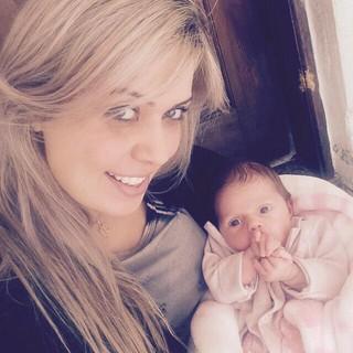 Aline Kezh com a filha de Rafael, Laura (Foto: Reprodução/Instagram)