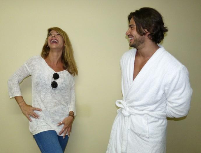 Dany Bananinha cai na risada conversando com Mariano (Foto: Gabriela Bispo / Gshow)