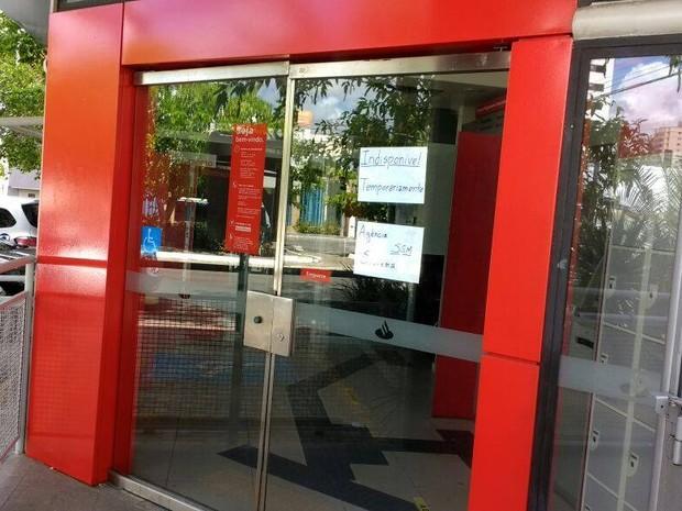 Agência suspendeu o atendimento aos clientes nesta segunda-feira (Foto: Denise Gomes/TV Sergipe)