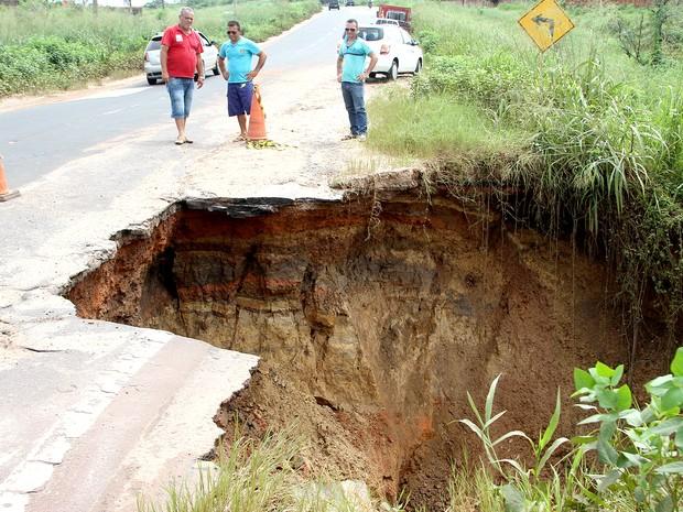 Erosão abre cratera no Km 2 da rodovia federal BR-135 (Foto: De Jesus/O Estado)