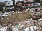Lixo atrapalha passagem de veículos e pedestres em São Vicente