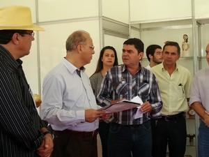O projeto elaborado pela Emater-MG foi entregue ao secretário de Estado Gil Pereira (Foto: Nicole Melhado / G1)