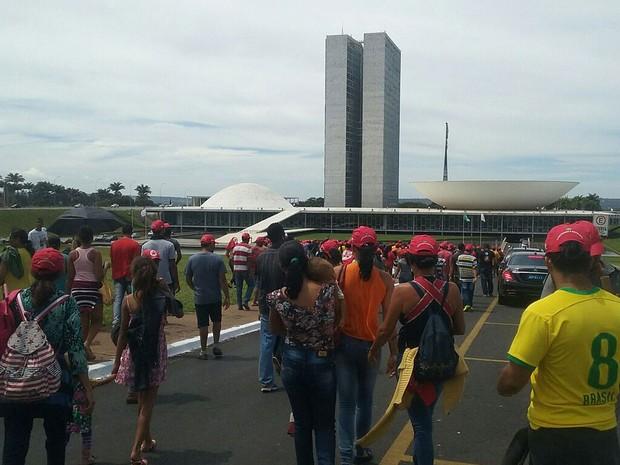 Manifestantes a favor do governo Dilma Rousseff chegam ao Congresso Nacional (Foto: Fernando Caixeta/G1)