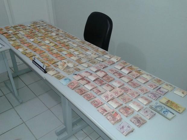 Cerca de R$ 18 mil foram apreendidos pela polícia  (Foto: Divulgação/ Polícia Militar)