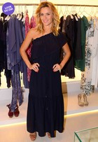 Look do dia: Carolina Dieckmann usa vestido soltinho em evento de moda