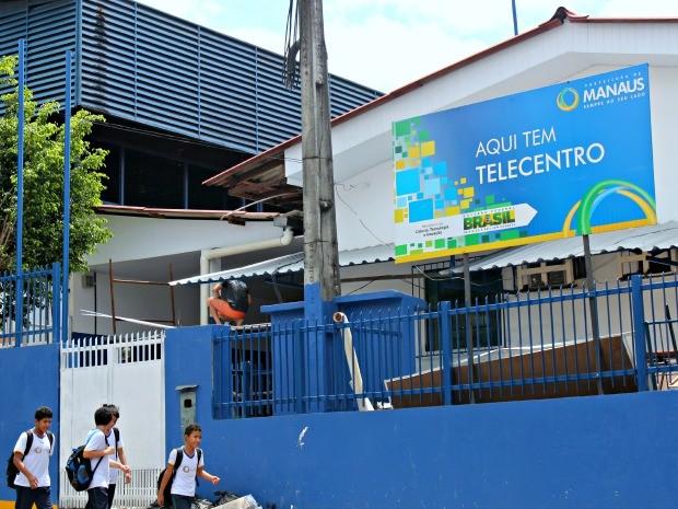 Profissional terceirizado faz serviço de reparo próximo ao pátio da Escola Municipal Amine Daou Lindoso (Foto: Rosianne Couto/ G1 Amazonas)