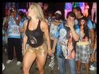 Andréa de Andrade veste shortinho e mostra pernões na Vila Isabel