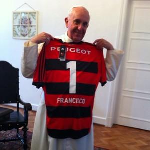 Papa Francisco recebe uma camiseta do Flamengo do Padre Alexandre Awi Mello, seu secretário durante a JMJ (Foto: Alexandre Awi Mello/Arquivo Pessoal)