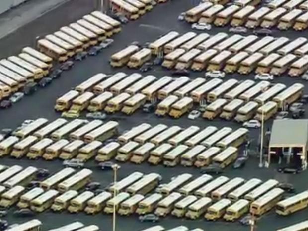 Ônibus escolares estacionados nesta terça-feira na região e Los Angeles (15) (Foto: CNN)