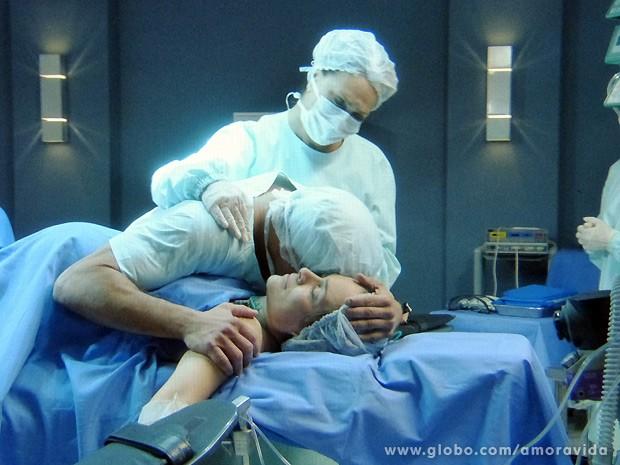 Bruno perde Luana e o filho no parto e fica desesperado (Foto: Amor à Vida / TV Globo)
