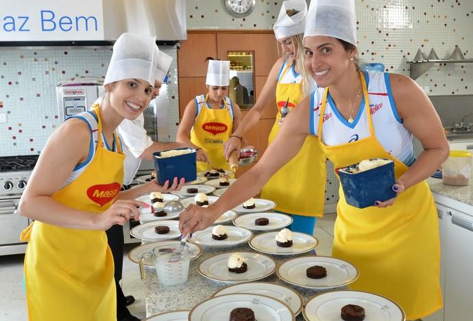 Jogadoras do Osasco na cozinha (Foto: João Pires/Fotojump)