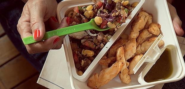 Leve e substanciosa, a salada de grãos com lascas de frango é uma  boa opção para ser consumida fria. Para variar, você pode substituir  o frango por hadoque defumado. Marmita Bento Box (Foto: Cacá Bratke)