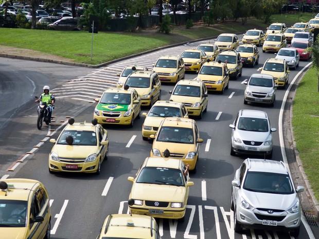 Motoristas de táxis realizam uma carreata no centro do Rio de Janeiro (RJ), nesta sexta-feira (28), sentido Tribunal de Justiça. (Foto: REYNALDO VASCONCELOS/FUTURA PRESS/FUTURA PRESS/ESTADÃO CONTEÚDO)