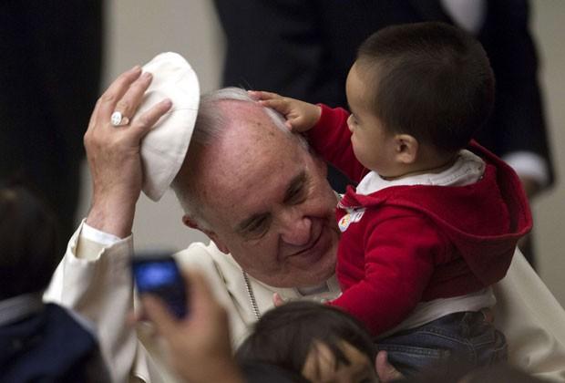 Papa Francisco brinca com criança de instituição pediátrica do Vaticano (Foto: Giampiero Sposito/Reuters)