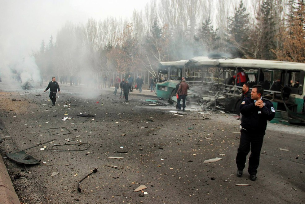 Ataque contra ônibus civil no qual viajavam soldados ocorreu na cidade turca de Kayseri. (Foto: IHLAS NEWS AGENCY/AFP)