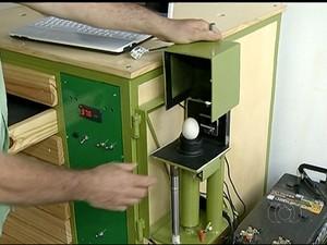 Ovoscópio faz uma espécie de ultrassonografia do ovo (Foto: Reprodução/TV Anhanguera)