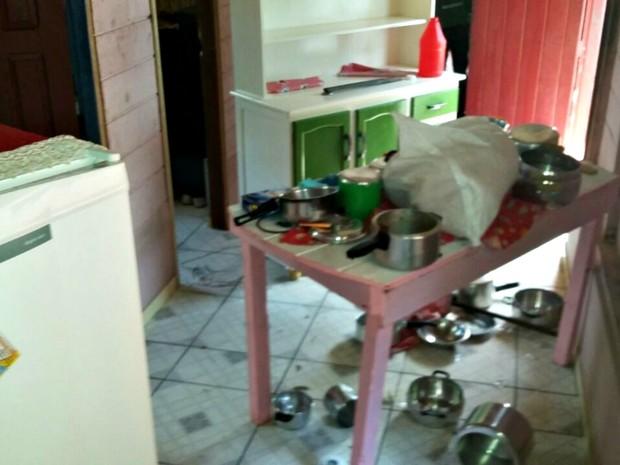 Filho teria destruído a casa onde vivia com a mãe e os irmãos (Foto: Adelcimar Carvalho/G1)