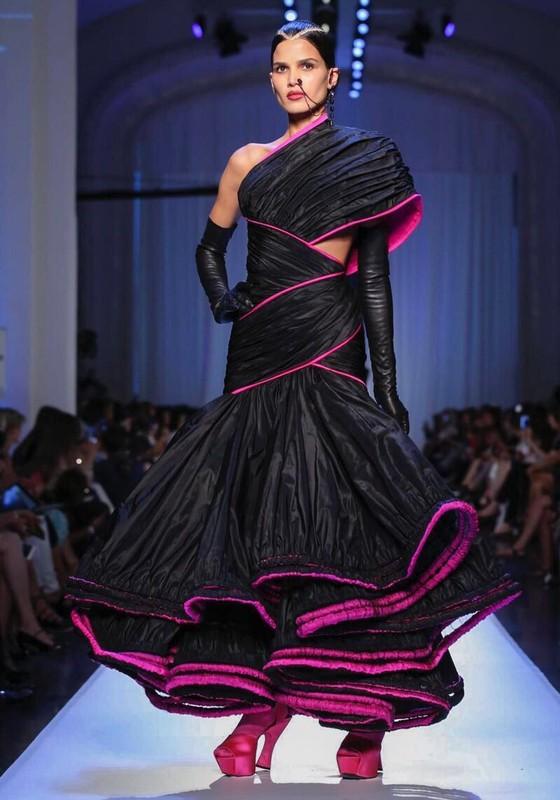 Raica Oliveira em ação: de volta em grande estilo, brilhando na semana de moda de Paris (Foto: Divulgação)