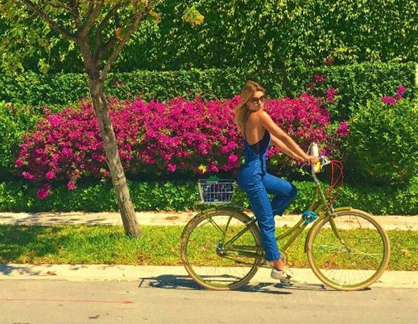 A atriz contou que em Miami faz mercado de bike  (Foto: Reprodução Instagram )