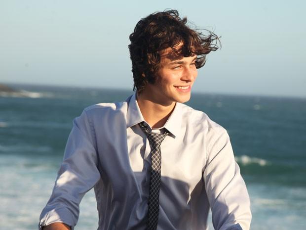 Michel Joelsas gravou as primeiras cenas como Henrique na praia (Foto: Carol Caminha/Gshow)
