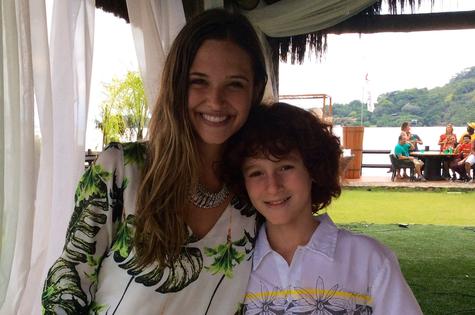 Juliana Paiva posa com Luigi Montez, apresentador de 'Tem criança na cozinha' (Foto: Divulgação)