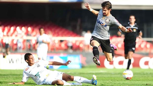 Pato no jogo do Corinthians e Santos (Foto: Marcos Ribolli / Globoesporte.com)