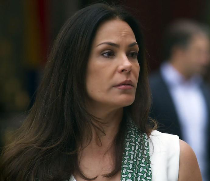 Penélope fica sem graça após confundir Henrique com ladrão (Foto: TV Globo)