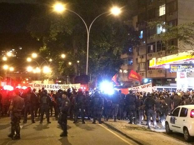 PM fez barreira para impedir passagem de manifestantes até o Palácio Guanabara (Foto: Daniel Silveira/G1)