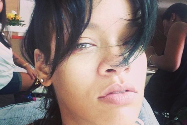 Rihanna também aproveitou a internet para mostrar que tem, sim, um rostinho bonito! (Foto: Instagram)