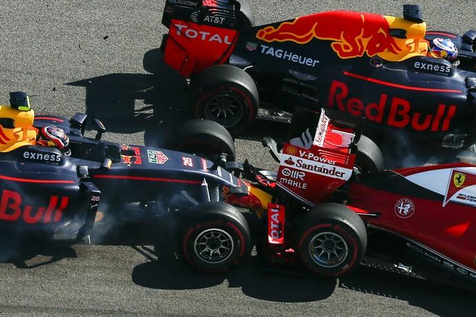 Toque de Daniil Kvyat em Sebastian Vettel na primeira volta do GP da Rússia (Foto: AP)
