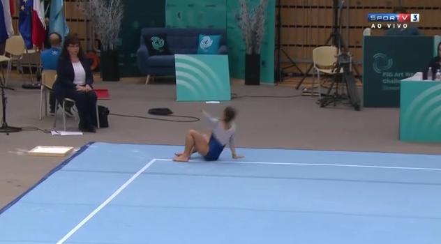 Flavia Saraiva cai durante apresentação (Foto: Reprodução)