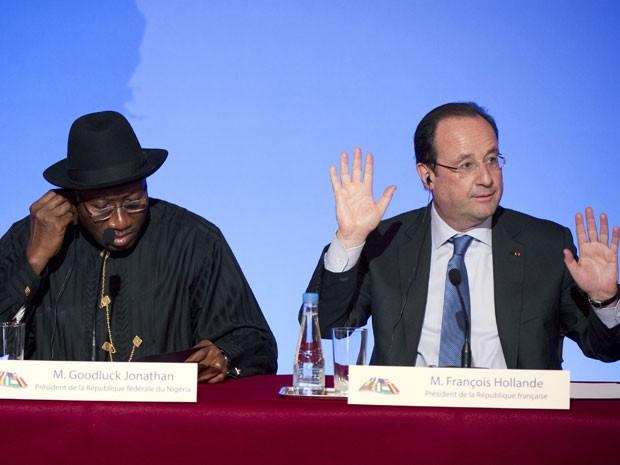 O presidente da Nigéria, Goodluck Jonathan, o presidente da França, François Hollande, durante entrevista coletiva em Paris neste sábado (17) (Foto: Alain Jocard/APF)