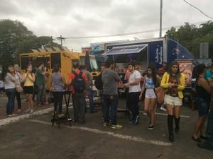 Público no primeiro dia do Food Truck Festival em Volta Redonda (Foto: Paola Fajonni/G1)
