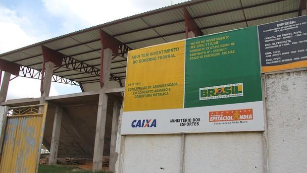 Estádio ganhou arquibancadas cobertas. Mas obras não foram suficientes para receber jogos oficiais.  (Foto: Alexandre Lima)