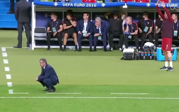 Cristiano Ronaldo orienta colegas no banco