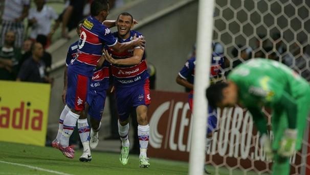 Fortaleza joga com vantagem do empate diante do Coritiba. (Foto: Kid Júnior / Agência Diário)