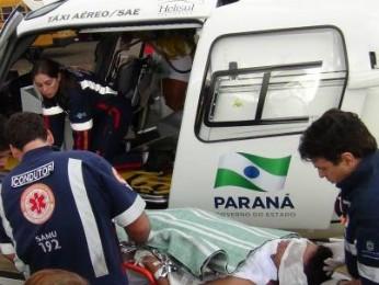 Equipes do Samu transportaram o pintor de helicóptero para um hospital de Cascavel.  (Foto: Jean Michel Laureth / AquiAgora.net)